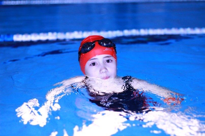 «Зато лысой я смогу ходить в бассейн без шапочки!» Даша победила лимфому и готовится к спортивной карьере