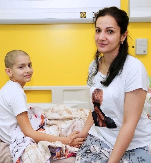 В НМИЦ онкологии им. Н.Н. Петрова восьмилетнему мальчику с остеосаркомой сразу два сустава заменили растущими эндопротезами